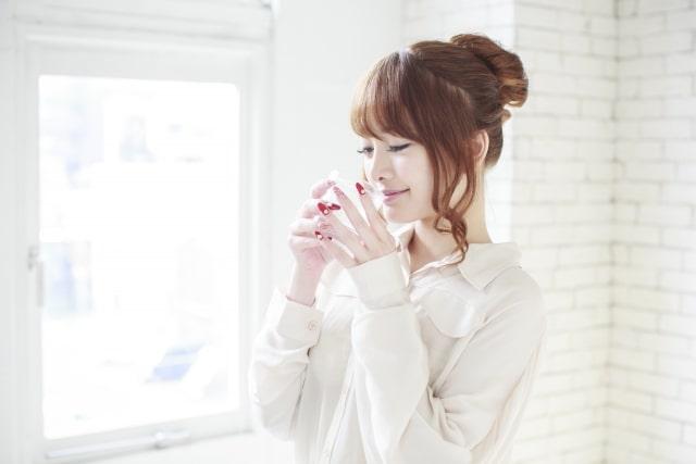 ルイボスティーを飲む女性の画像